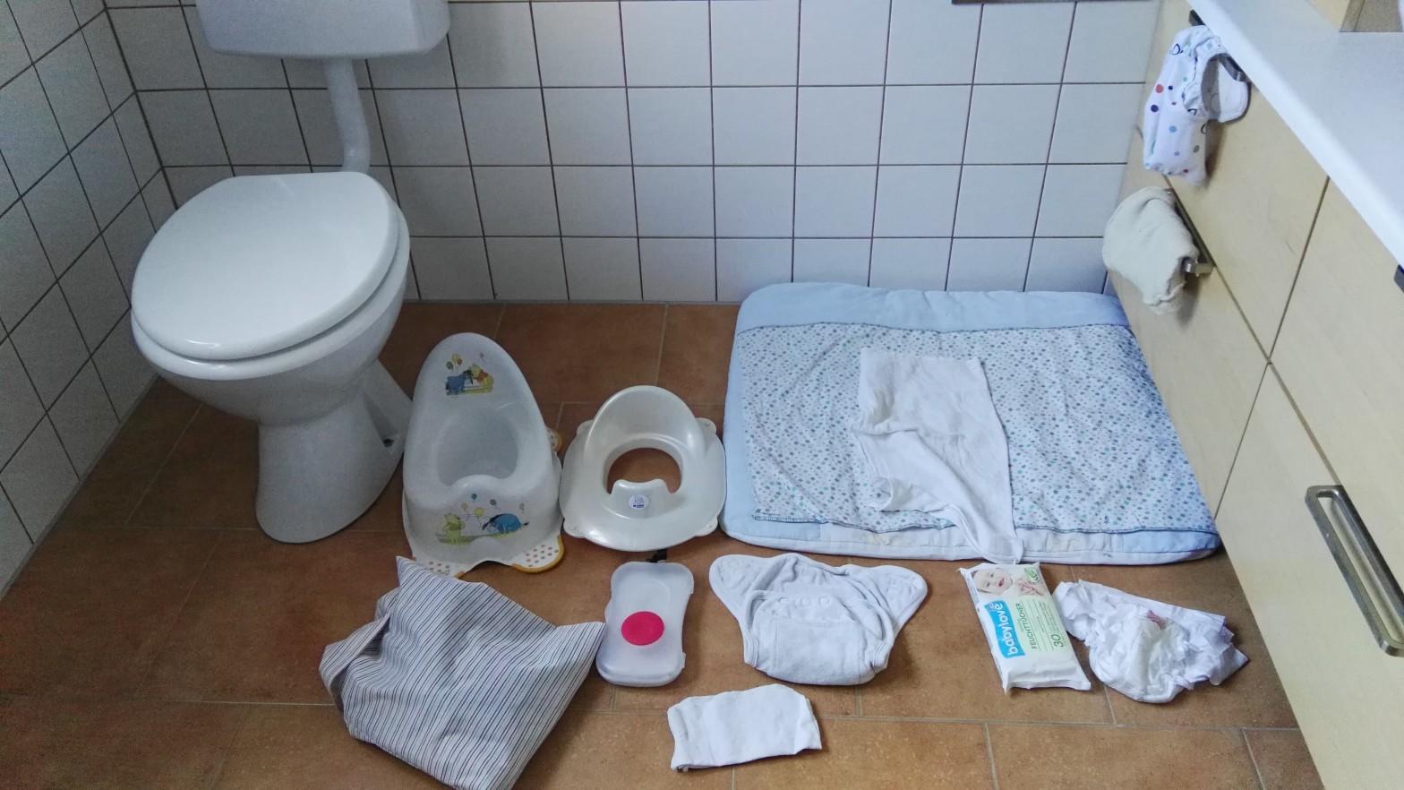 Gegenstände für die Sauberkeitsentwicklung: WC, Töpfchen, Sitzverkleinerer, Wickelunterlage, Stoffwindel und Zubehör, Wegwerfwindel, Feuchttücher