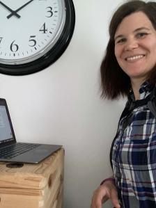 Aylin beim Schreiben des Blogartikels an ihrem Stehschreibtisch